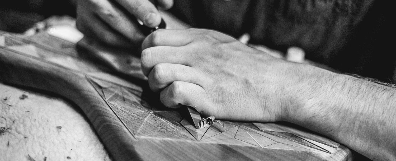 Artigiano con scalpello